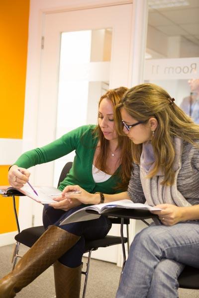 Professora e estudante numa aula de inglês individual
