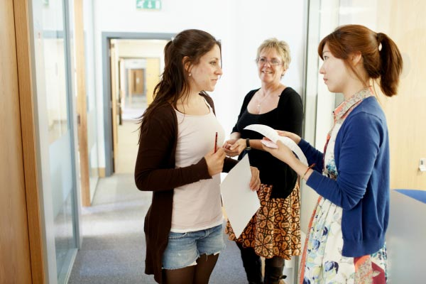 Aulas de inglês individuais na Inglaterra, estudantes conversando