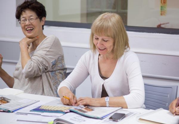 Aulas de inglês individuais em Malta, professora corrigindo exercícios